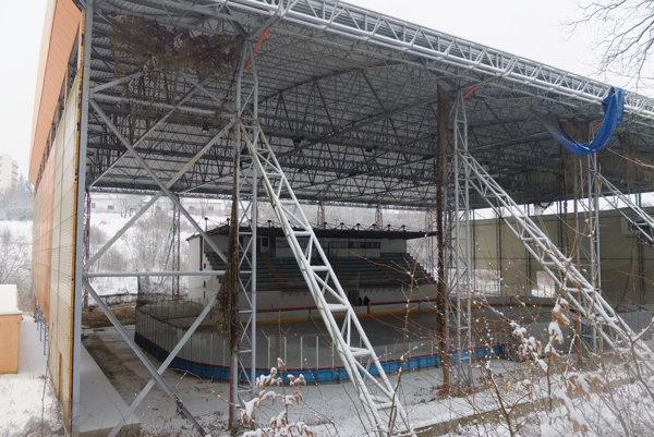 Zimný štadión nie je dokončený, chýbajú mu bočné steny.