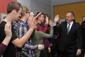 Prezident SR Andrej Kiska (vpravo) sa zdraví so študentmi Gymnázia Dr. Cyrila Daxnera vo Vranove nad Topľou pri príležitosti návštevy gymnázia. Vranov nad Topľou, 30. november 2016.
