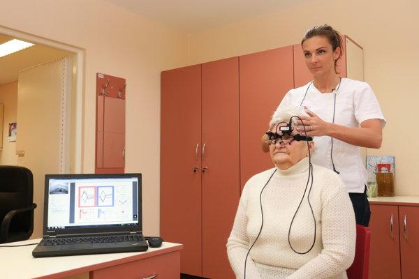 Doktorka Csekesová vyšetruje pacientku metódou vHIT.