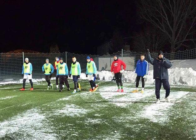 Futbalisti Šale trénujú vo večerných hodinách na umelej tráve.