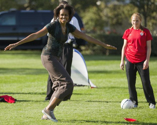 Akčná žena. Ukázala, že sa vie nielen premávať vo vysokých podpätkoch, ale aj šantiť s deťmi na ihrisku.
