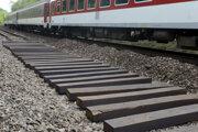 Telo mladej ženy našli na železničnej zastávke v Železnej studienke.