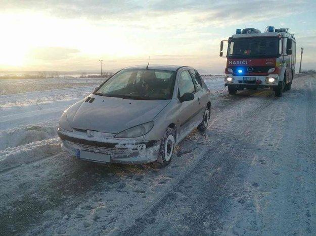 Zásah v Hodkovciach. Vodička zapadla s autom tak, že nevedela ani vystúpiť.