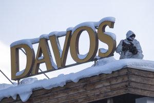 Policajt hliadkuje na streche kongresového centra Svetového ekonomického fóra v Davose.