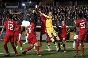 Hráči FC Liverpool (v červenom) sa v 2. kole FA Cupu vytrápili.