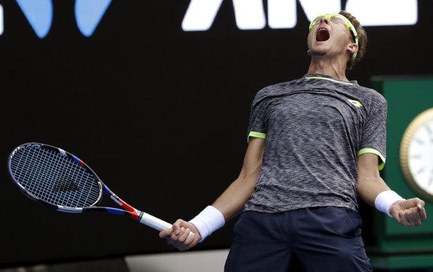 Denis Istomin oslavuje víťazstvo nad Novakom Djokovičom.