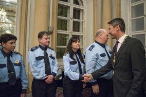 Na snímke vpravo Ivo Nesrovnal ocenil pri príležitosti 25. výročia Mestskej polície hlavného mesta SR Bratislava mestských policajtov.