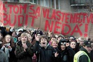 Proti povinnému vlastenectvu SNS v marci protestovali stovky študentov pred Prezidentským palácom aj pred parlamentom. Robert Fico potom prišiel s vlastnou, miernejšou verziou.