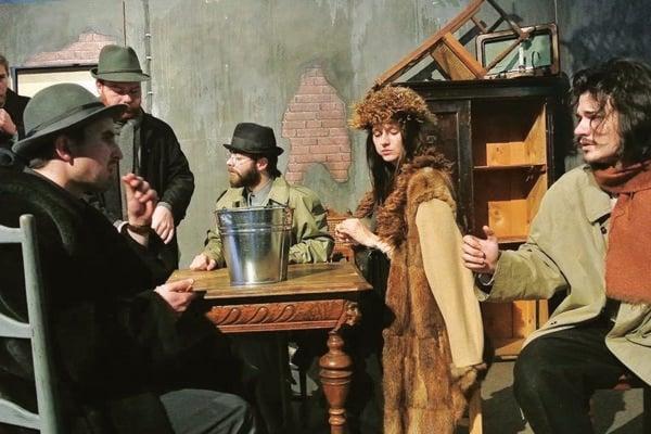 Záber z prvej premiéry Teatra Moliére Kým kohút nezaspieva.