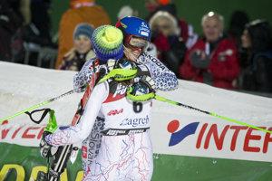 Veronika Velez-Zuzulová sa objíma s Petrou Vlhovou po pretekoch v Záhrebe, ktoré vyhrala a v ktorých jej mladšia krajanka skončila druhá. Tento výsledok sa však vôbec nemusel udiať.