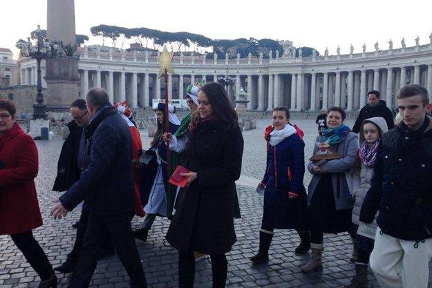 Koledníci sa na svätopeterskom námestí stretli srovesníkmi zRakúska, Nemecka, Švajčiarska, Maďarska aTalianska.