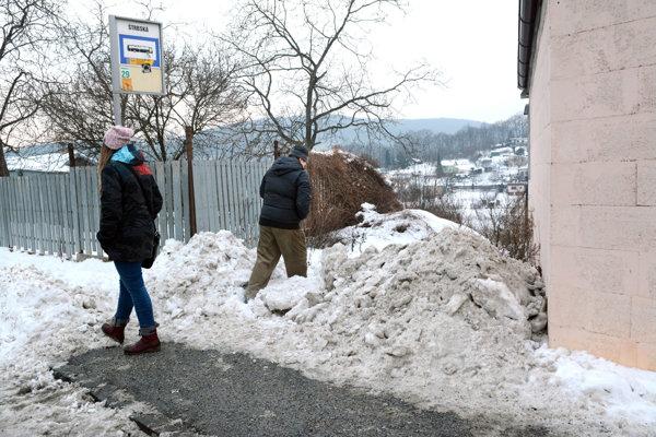 Medvedia služba?Zastávku očistili, no kopou snehu znepríjemnili život záhradkárom.