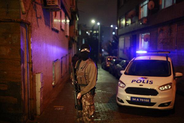 tureckí policajti strážia cestu pri policajnom riaditeľstve.