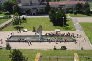 Kedysi zdobila južné námestie Trebišova fontána, jej ústredným motívom bolo výtvarné dielo akademického sochára Adolfa Havelku, antikorová plastika, ktorá bola v strede fontány. Už niet po nej ani stopy. Aj námestie sa zmenilo.