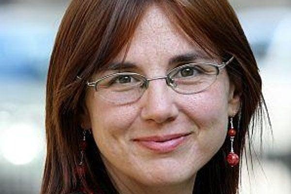 Zuzana Búriková (1975) je sociálna antropologička. Pracuje ako výskumníčka v Ústave etnológie SAV a učí na Masarykovej univerzite v Brne. Špecializuje sa na materiálnu kultúru a spotrebu, jej doterajšie výskumy sa venovali obchodom na slovenskom vidieku a