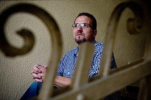 Radovan Bránik (1970) je výkonný riaditeľ tímu, dokumentarista, autor značky a koncepcie fungovania tímu krízovej intervencie Modrý anjel. Ako pedagóg mal skúsenosti s prácou so sluchovo postihnutými deťmi a s velením na zásahoch pri udalostiach s hromadn