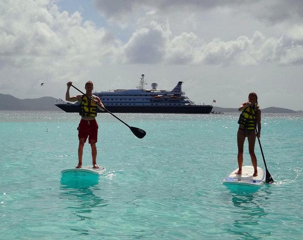 Z luxusnej lode Sea Dream l si možno užívať vodné športy na mori.