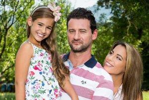 Nová rodina. Markovu manželku hrá Kristína Greppelová a dcéru Lily Karolína Kubánková.