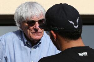 Bernie Ecclestone sa zhovára s trojnásobným majstrom sveta Lewisom Hamiltonom.