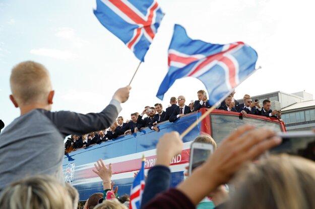Islandskí fanúšikovia oslavujú príchod islandských futbalistov z majstrovstiev Európy.