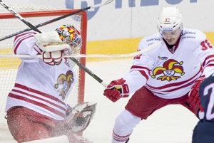 Hokejisti Jokeritu majú pred Slovanistami náskok jedného bodu.