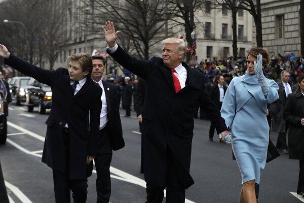 Trumpovci mávajú podporovateľom.