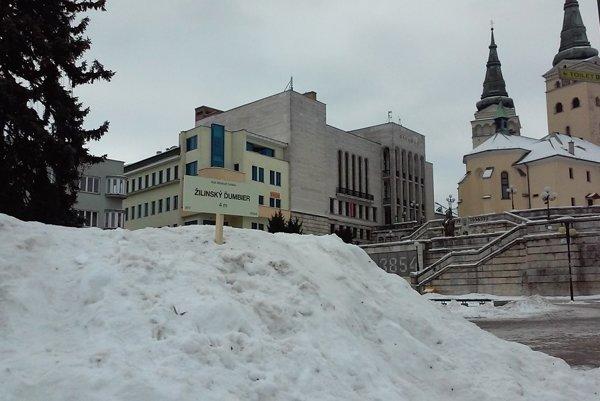 Na kopcoch snehu v centre Žiliny sa objavili označenia štítov.