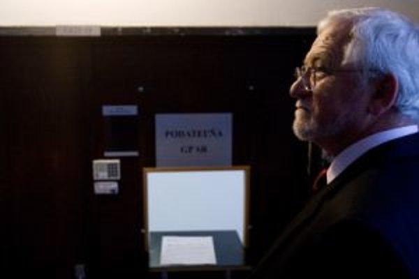 Hanzel priznal, že Ficovi dal na knihy milión korún.