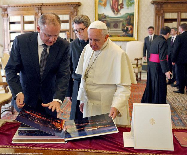 Ich fotoknihu vlastní aj pápež.