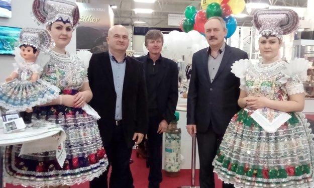 Otvorenia výstavy sa zúčastnili aj zástupcovia mesta.