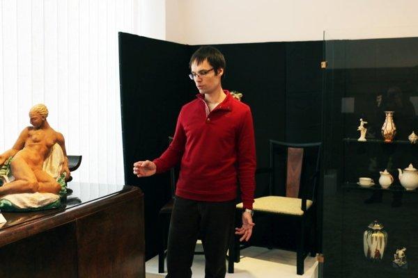Múzejný pedagóg Ján Vingarik sprevádza návštevníkov.