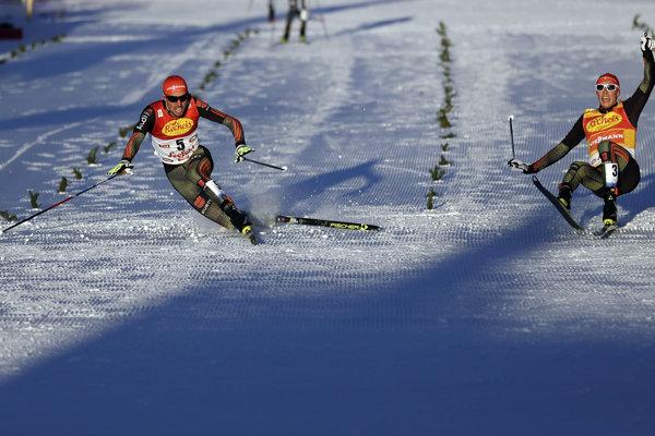 Vľavo víťaz pretekov Rydzek, vpravo zdolaný Frenzel. O víťazovi rozhodla až cieľová fotografia.