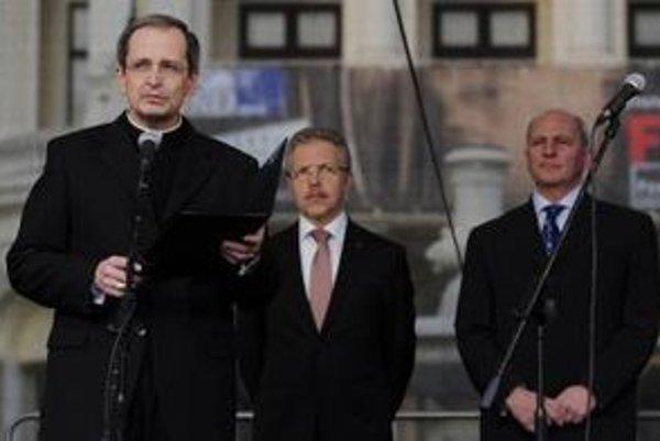 Stanislav Zvolenský (na snímke vľavo) na dnešnom pojednávaní na väčšinu otázok odpovedať nevedel alebo tvrdil, že si to už nepamätá. Redaktori .týždňa za jeden zo svojich hlavných zdrojov označujú Františka Mikloška (vpravo).