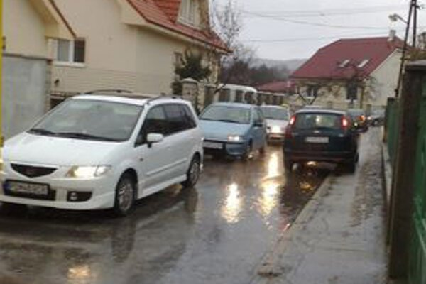 Autá sa na štyri metre širokej ceste nemajú kam vyhnúť.