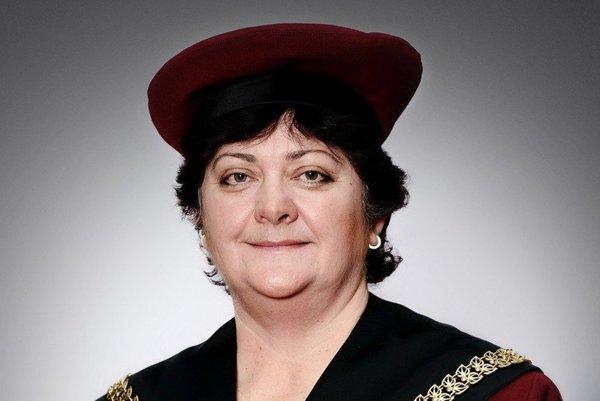Mária Patakyová(1963)je prorektorkou UK pre legislatívu a koaličnou kandidátkou vládnej koalície na ombudsmanku
