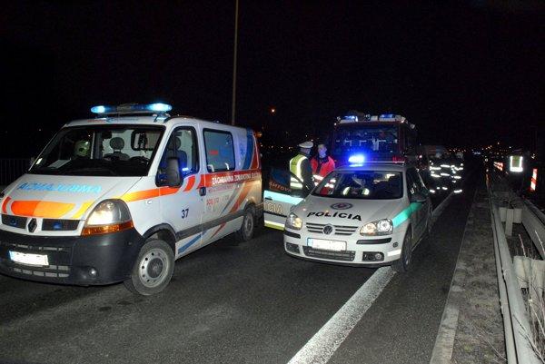 Dopravná nehoda. Chodca zrazili minimálne dve autá.