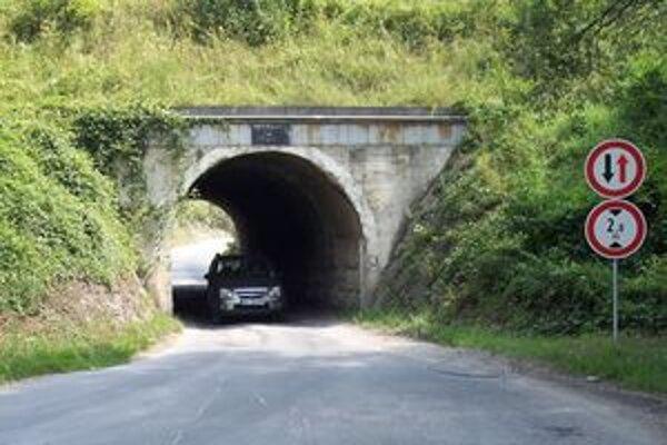 Týmto tunelom sa moderné autobusy do rekreačnej oblasti Remata nedostanú.