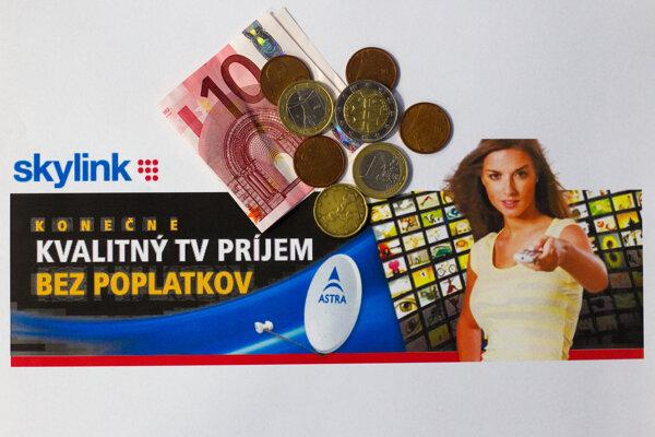 Prvý servisný poplatok zaviedol Skylink v roku 2012 a bolo to Skylink bol 1,20 eura mesačne. Zákazníci si mohil vybrať, či budú platiť mesačne alebo 14,40 eura ročne. Skylink predtým sľuboval, že programy budú bez poplatkov.