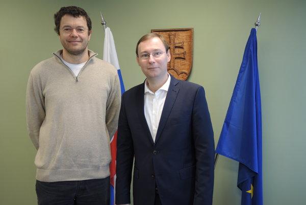 Prorektor pre vedu, výskum amedzinárodné vzťahy Dušan Galusek (vľavo) arektor Trenčianskej univerzity Alexandra Dubčeka vTrenčíne Jozef Habánik (vpravo).