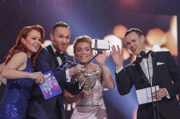 Veselé momenty. Moderátori mali čas urobiť si aj selfie.