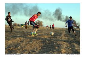 Mladí muži z dediny Tal-Leban hrajú futbal doslova na mínovom poli. Všade okolo sú nevybuchnuté bomby, míny ležia pri cestách, na poliach aj v domoch. Lenže Kakajovia futbal milujú. Preto si ihrisko sami odmínovali.