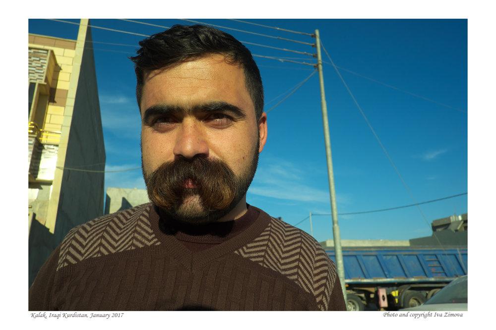 Pán Ayad zkurdskej dediny Tal-Leban nefajčí ani nepije alkohol. Bojoval vradoch pešmergov – kurdských bojovníkov – ateraz by najradšej na vojnu zabudol. Lenže civilných profesií je voblasti stále málo. Pracuje preto ako ochrankár.