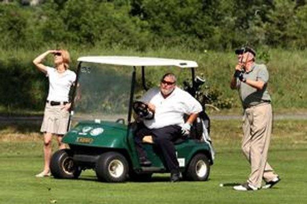 Hrať golf na Tále k Vladimírovi Sotákovi (v strede) chodia aj známe osobnosti a politici.