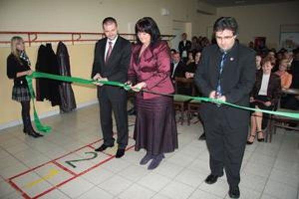 Poslankyňa SNS Belásová mestu poradila, minister výstavby za SNS Igor Štefanov zastrešuje eurofondy. Školu v Ilave opravenú z týchto peňazí otvorili v novembri 2009 spolu.