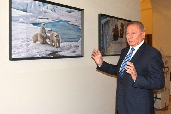 Rudolf Schuster bol bývalým prezidentom aj primátorom Košíc. V minulosti pracoval aj v bývalých Východoslovenských železiarniach, dnes U. S. Steel Košice.