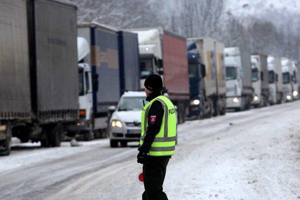 Uzatvorením hraničných priechodov chcú predísť tomu, aby kamióny blokovali horské priechody v kraji.