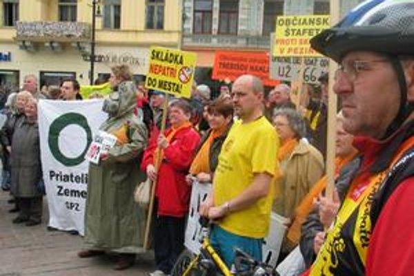 Pezinčania prišli pred sídlo ústavného súdu v Košiciach pripomenúť svoje práva.
