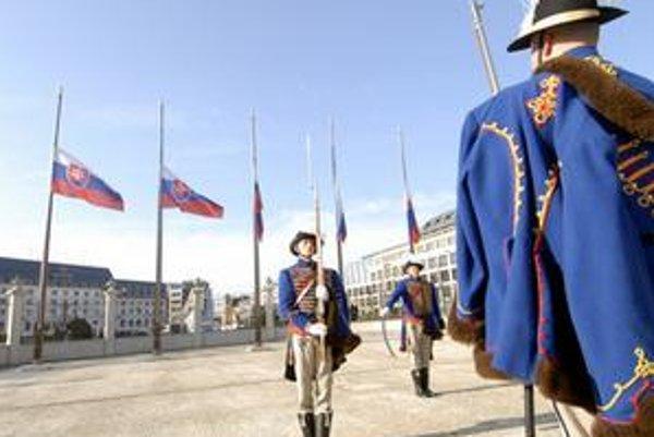 Vojaci čestnej stráže spustili 18. apríla o 8:00 štátne vlajky pred bratislavským Prezidentským palácom na pol žrde.