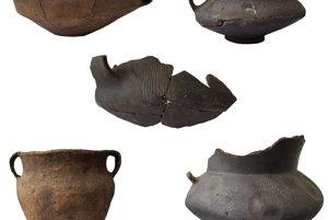 Objavené nádoby pochádzajú zmladšej doby bronzovej.