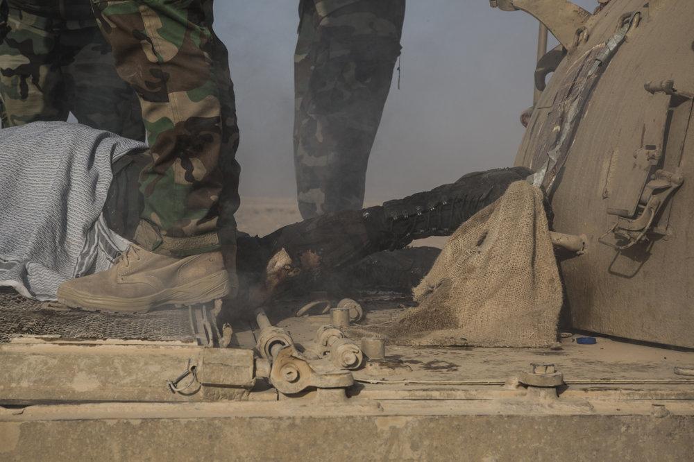 Mŕtvy kurdský vojak, ktorý zahynul počas oslobodzovania mestačka Fazalya blízko Mosulu.